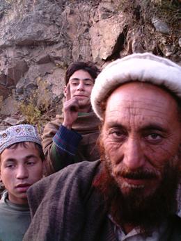 Un hombre pastún con sus hijos