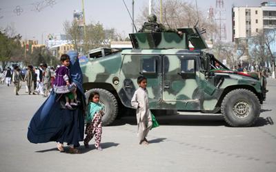 Mujer afgana con burka en la calle