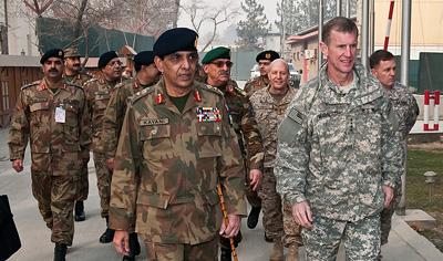 El general Parvez Kayani, jefe del Estado Mayor del Ejército de Pakistán y el general McChrystal, comandante de la OTAN