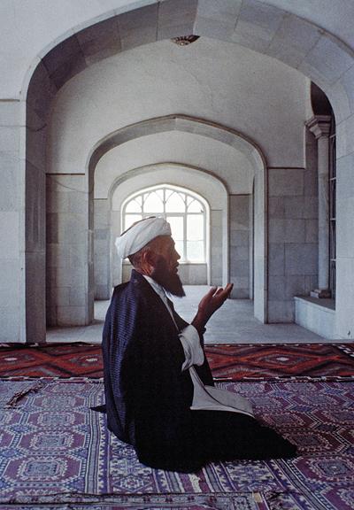 Un hombre reza en una mezquita en Kabul