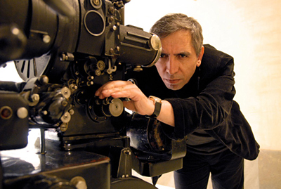 El cineasta iraní Mohsen Makhmalbaf detrás de la cámara