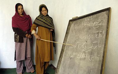 Mujeres afganas estudian en uno de los cursos apoyados por Naciones Unidas