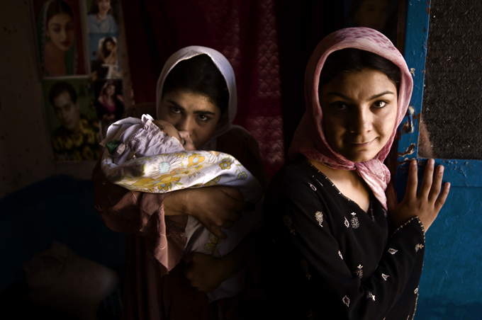Grupo de adolescentes afganas