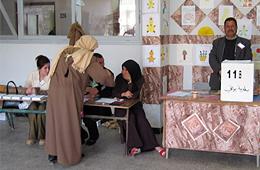 Un grupo de mujeres votan en una asamblea local
