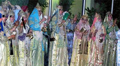Mujeres esperan durante la boda