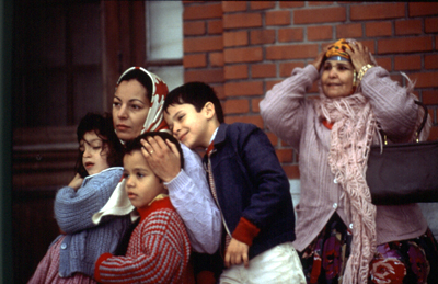Zouina con sus hijos y su suegra Aïcha