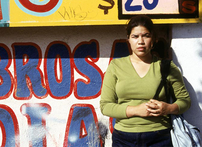 Ana, la protagonista, espera al autobús