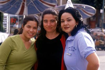 Patricia Cardoso junto a Josefina López, guionista, y América Ferrara