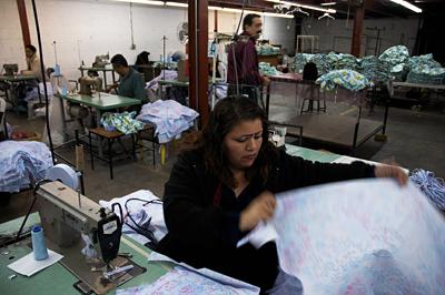 Maquila trabajando en un taller textil