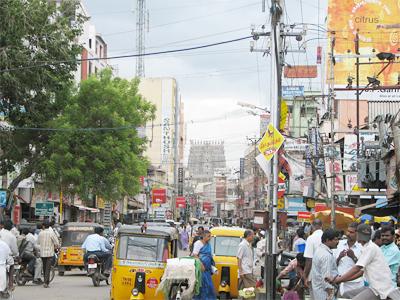 Una bulliciosa calle del centro de la ciudad